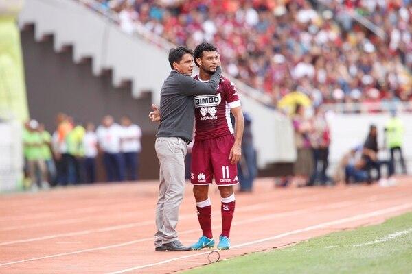 El volante Michael Barrantes conversó con el Vladimir Quesada durante el pasado clásico nacional. Foto: Albert Marín.