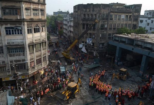 El colapso de un paso elevado en un concurrido vecindario de Calcuta mató a al menos 24 personas e hirió a más de 80.