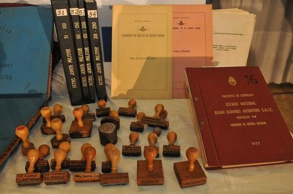 Fotografía cedida por el Ministerio de Defensa argentino que muestra parte de la documentación encontrada en el hallazgo de nuevos documentos del último régimen dictatorial (1976-1983), entre ellos las actas secretas completas de la junta militar.
