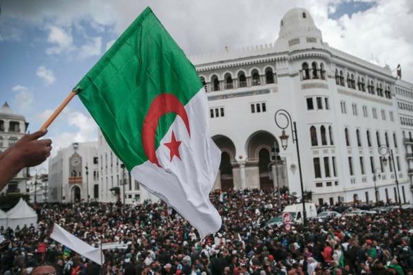 Los argelinos se manifestaron contra el sistema de gobierno en Argel, este miércoles 10 de abril del 2019.