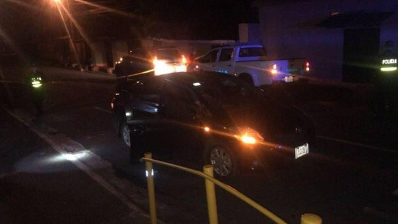 El carro negro que conducía el taxista extranjero quedó a un lado de la vía en barrio Los Jardines en San José de Alajuela. Los asesinos siguen en fuga. Foto: Archivo
