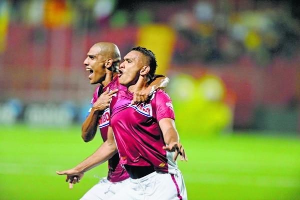 Cristhian Lagos celebró con Douglas Sequeira su gol ante Herediano en la última victoria morada en el Rosabal Cordero.