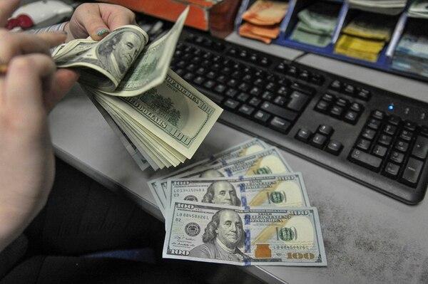 Al comprar dólares el Banco Central emite colones que podrían presionar la inflación al alza. No obstante, actualmente el indicador de precios es negativo y se encuentra por debajo de la meta del Banco Central.   JOSE CORDERO/ARCHIVO