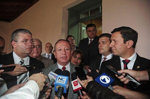 El candidato Rodolfo Hernández (centro) anuncia la adhesión de Carlos Góngora (der.). Los acompaña Rodolfo Sotomayor (izq.). | MAYELA LÓPEZ