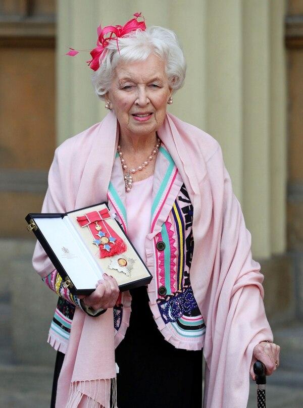 En el año 2017 la actriz británica June Whitfield recibió el título de