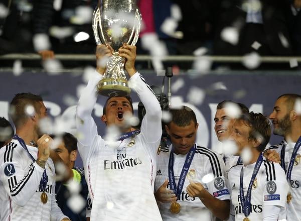 Cristiano Ronaldo levanta el trofeo que acredita al Real Madrid como el campeón de la Supercopa de Europa.