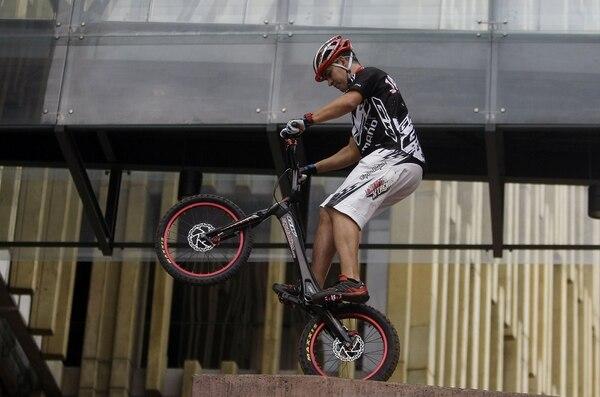El deportista colombiano, Javier Zapata, realiza una demostración en el Foro Mundial de la Bicicleta en Medellín, Colombia.