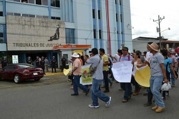 Los frijoleros llegaron ayer a audiencia en Pérez Zeledón. | A. MÉNDEZ.