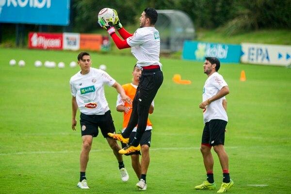Leonel Moreira se incorporó ayer mismo a los trabajos de la Tricolor absoluta en el Proyecto Gol de la Fedefútbol. De inicio, sus compañeros lo exigieron en el juego aéreo. | JOSÉ CORDERO