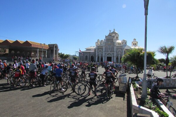 Esta fue la primera vez que hicieron un homenaje frente a la Basílica de Los Ángeles, en Cartago. Foto: Keyna Calderón
