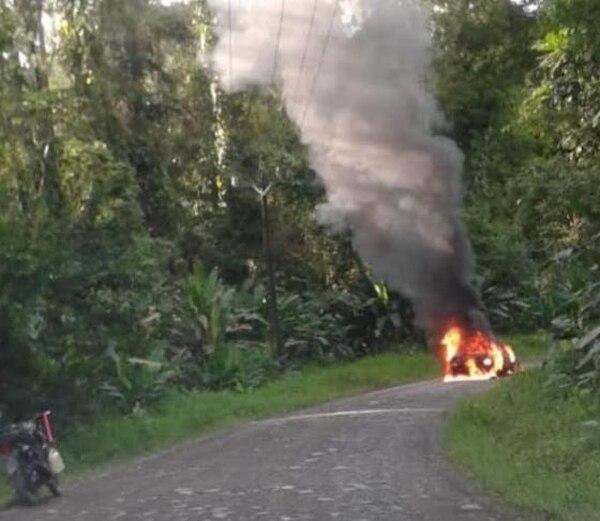 El automóvil que conducía el taxista baleado apareció en llamas en medio de una solitaria calle de lastre. Foto: Reiner Montero