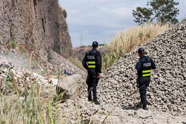 Narcos lanzan a sus rivales en acantilado de 40 metros