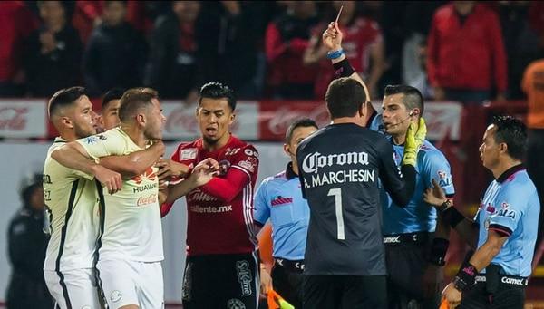 Fernando Hernández expulsó a Pablo Aguilar en el juego entre Xolos de Tijuana y América de México.