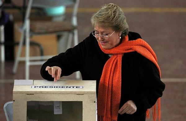 La expresidenta Michelle Bachelet al momento de votar, ayer.   AP.