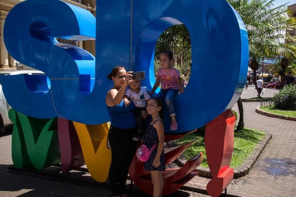 El quinto totem de SJO ¡Vive! se inauguró frente a los correos de Costa Rica y el club Unión. En la foto: Daniela Fernandez con sus hijos Sofía, Kristel e Ian. Foto: María José Howell