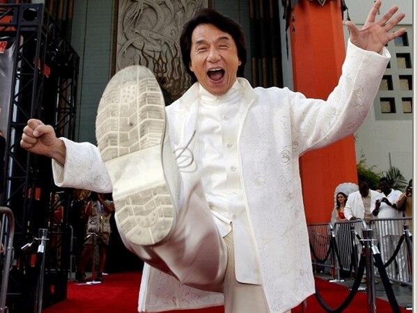 Jackie Chan dejó sus huellas en el cemento del Teatro Chino de Hollywood