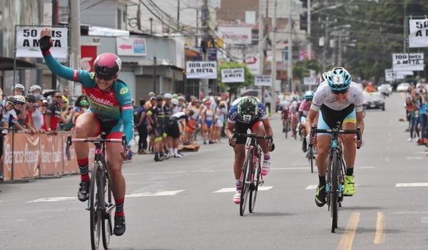La corredora chilena Paola Muñoz, quien corre para el equipo costarricense Almacen 3R Makita, ganó este domingo la ultima etapa y además se proclamó campeona de las metas volantes de la Vuelta Femenina 2017.