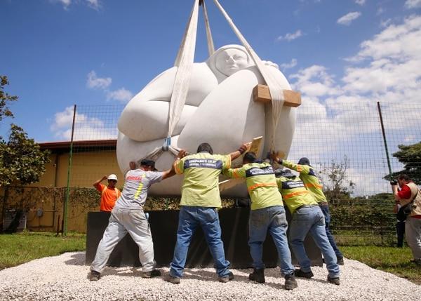 La escultura 'Génesis de Costa Rica', del artista Jorge Jiménez Deredia, es la más pesada de toda la exposición.Foto: Albert Marín.