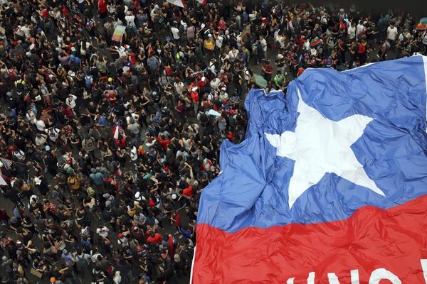 """Los chilenos llevaron una mega bandera con la inscripción: """"No estamos en guerra"""". Foto: AP"""