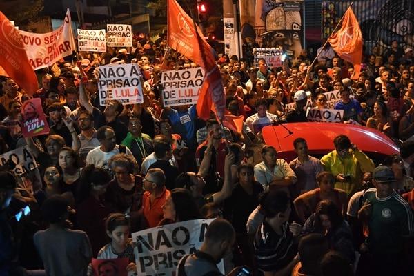 Simpatizantes del expresidente Luiz Inácio Lula da Silva congregados este jueves 5 de abril del 2018 frente a la sede Sindicatos de Metalúrgicos en Sao Bernardo do Campo, Sao Paulo
