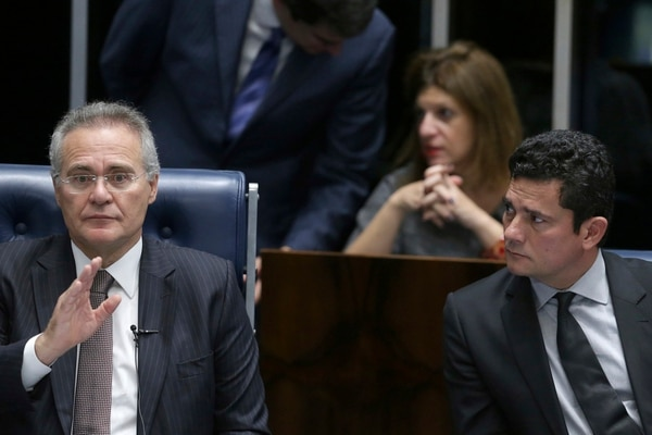 El presidente del Senado, Renan Calheiros (izquierda), y el juez federal Sergio Moro, quien dirige las investigaciones por el escándalo de corrupción en Petrobras, asistieron el jueves a una sesión de esa cámara en Brasilia.