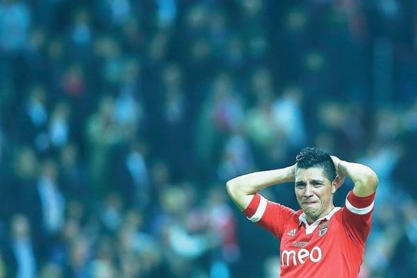 El jugador del Benfica Enzo Pérez se lamenta tras la derrota (2-1) de su equipo ante el Chelsea, en el partido por la final de la Liga de Europa.   EFE