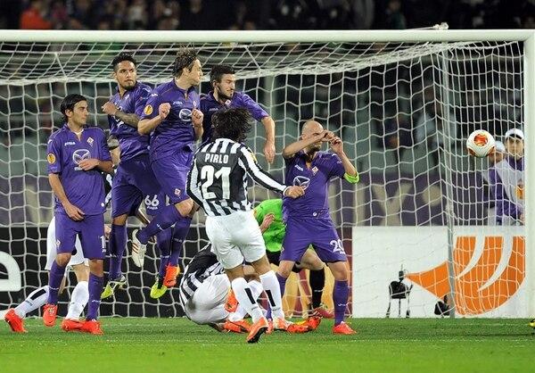 El volante italiano Andrea Pirlo (centro) de la Juventus anota tras un gran cobro de tiro libre ante la Fiorentina durante el partido de octavos de final de la Liga Europa disputado ayer en Turín. | EFE