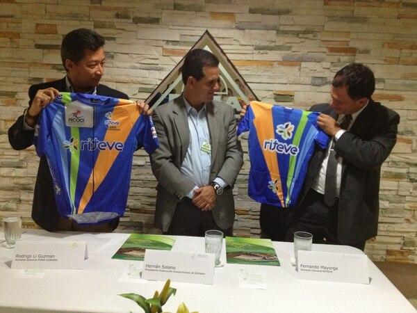 El gerente general del Cenada, Rodrigo Li (izq.), el presidente de la Fecoci, Hernán Solano y el gerente general de Riteve, Fernando Mayorga.