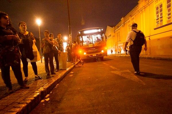 Según el Consejo de Transporte Público, solo 33 rutas de bus tienen terminales para pasajeros. El resto debe esperar en la calle. | GRACIELA SOLÍS