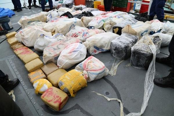La policía sacó del mar 38 sacos y 16 paquetes con marihuana. Para las autoridades, probablemente, todavía queda más en las aguas por lo que el operativo en altamar continúa hoy.   MSP PARA LN