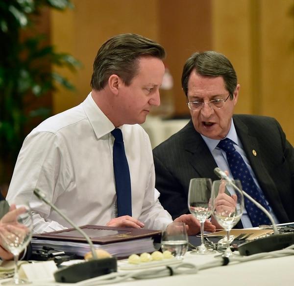 El primer ministro británico, David Cameron (izq.), ayer en una mesa redonda en la cumbre de la UE. | EFE