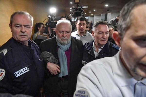 Bernard Preynat, un exsacerdote acusado de agresiones sexuales, abandona el palacio de justicia de Lyon, en el sureste de Francia, el 13 de enero del 2020. Foto: AFP