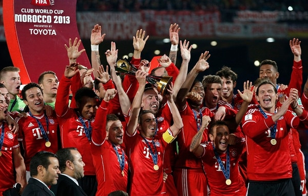 Philipp Lahm levanta el trofeo que acredita al Bayern Munich como campeón del mundo