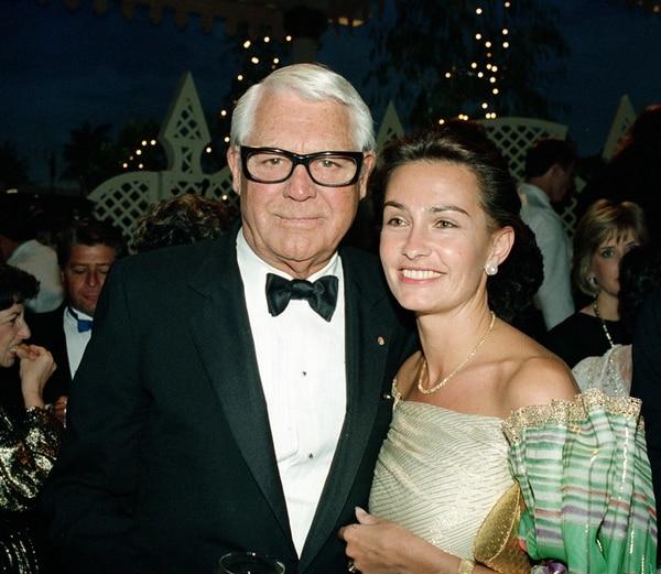 Cary Grant y su esposa,Barbara Harris –a quien le llevaba 47 años– disfrutaban de asistir a distintas actividades sociales, entre ellas, las fiestas que realizaba en los años ochentas el actor Clint Eastwood. Esta foto se tomó solo meses antes de su muerte. | ARCHIVO