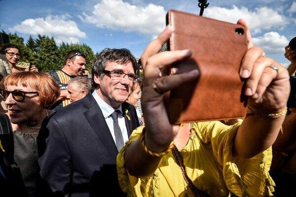 Carles Puigdemont, expresidente de Cataluña, posó para fotografías con sus simpatizantes, este sábado 28 de julio del 2018 en Waterloo, Bélgica.
