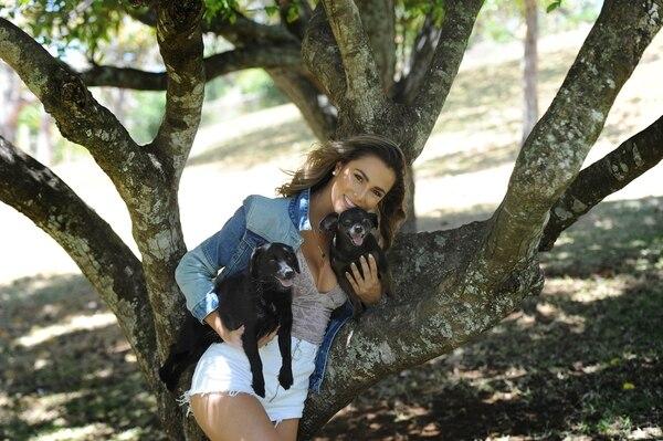 Karina Ramos siempre ha dejado ver su afinidad por los animales. En la foto aparece con sus conocidos perro Mac Gyver y Rufián. Foto: Melissa Fernández