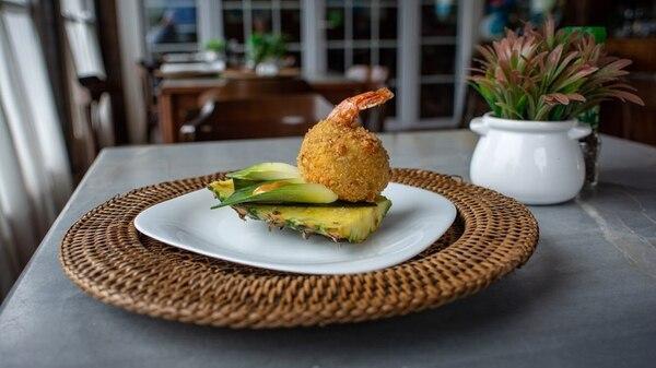 Esta croqueta de camarón con pescado, servida en piña promete seducir a los amantes de la comida del mar. Foto: Cortesía Con Sabor a Puerto
