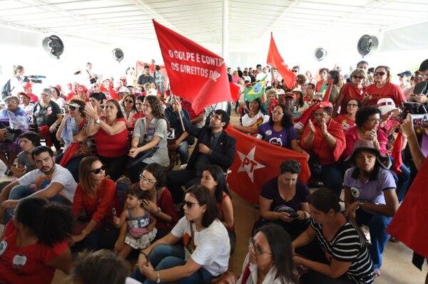 Partidarios de la presidenta Dilma Rousseff siguieron este miércoles la sesión del Senado sobre la destitución de la mandataria en una pantalla en el Palacio de Planalto en Brasilia.