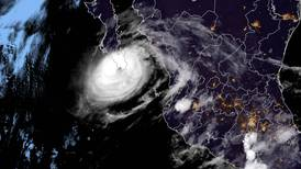 Huracán Olaf se debilita sobre el sur de Baja California