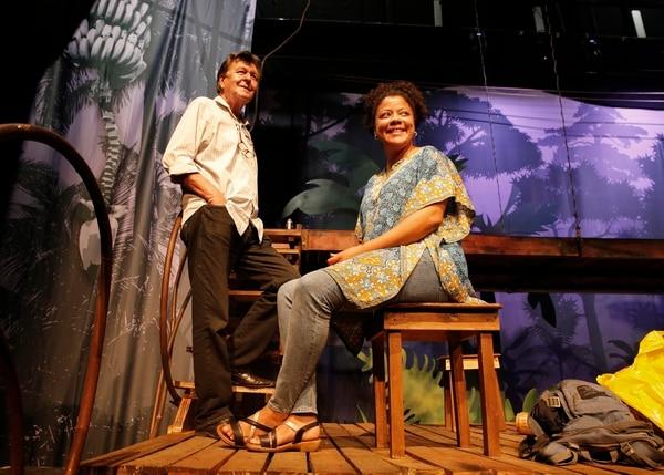 l actor y director Mariano González y la dramaturga Denise Duncan posan en el escenario de la obra. Foto: Albert Marín