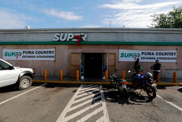 La tienda de una gasolinera con sus ventanas cubiertas para evitar posibles ataques en Managua. Foto: AFP