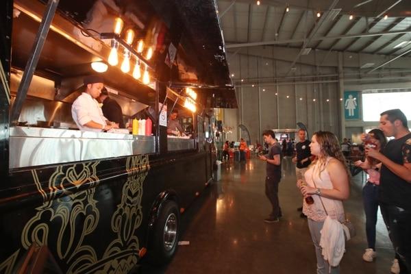 Desde sus inicios, el Street Food Festival ha congregado a familias y grupos de amigos. Fotografía: John Durán