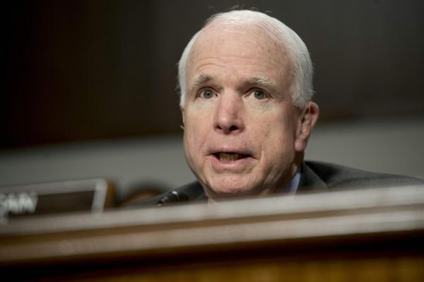 En esta foto de archivo tomada el 9 de febrero de 2016, el senador estadounidense John McCain, republicano de Arizona y presidente del Comité de Servicios Armados del Senado, habla durante una audiencia en Capitol Hill en Washington, DC. Foto: AP