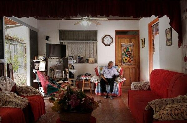 La sala de Water Ferguson está dispuesta para recibir visitas. En cada, esquina, hay recuerdos y homenajes al calipsero. Foto: Albert Marín