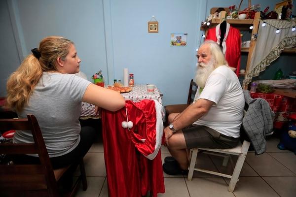 Inga Culkstens es la principal promotora de su padre, incluso desde cuando vivían en Letonia. Ella se llama a sí misma como la ayudante oficial de Santa, especialmente cuando le toca traducir a su padre lo que dicen las personas. Fotografía: Rafael Pacheco
