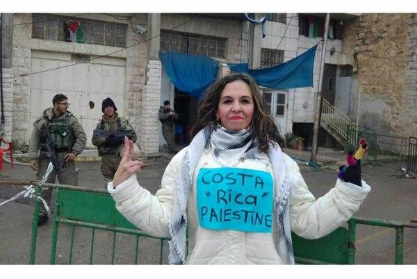 La costarricense Tatiana Gamboa Freer durante una manifestación en Palestina en el 2018. Foto Archivo.