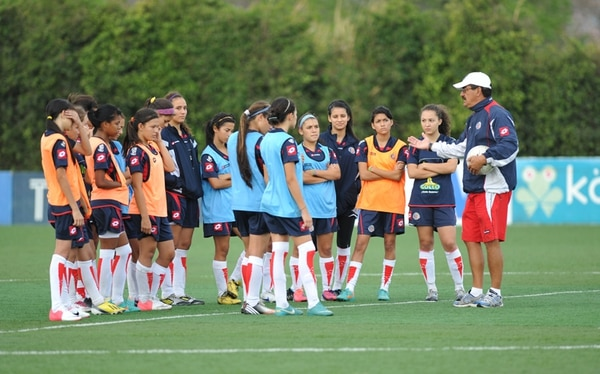 Las jugadoras femeninas Sub-17 entrenan en el Proyecto Gol bajo las órdenes del técnico Juan Diego Quesada.   ARCHIVO/MANUEL VEGA