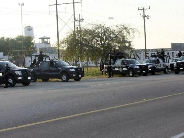 Policía federal resguasrdaba el frente de la cárcel. | AFP
