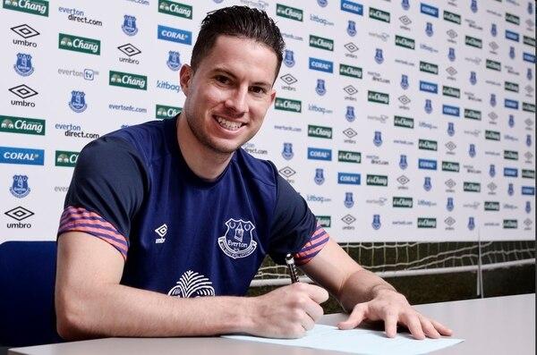 Bryan Oviedo firmó su renovación con el Everton este viernes.