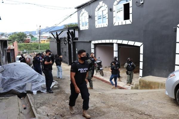 El OIJ allanó 14 lugares este martes, como parte de una operación para desarticular a un grupo narco liderado por un sujeto de apellido Cabrera, alias Manzanita. Foto: OIJ para LN